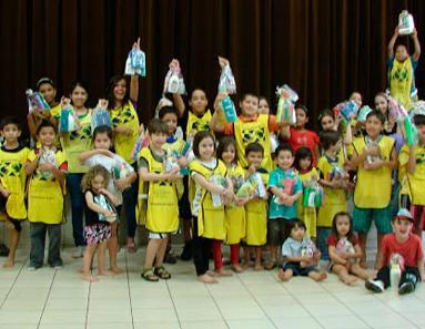 Бразильские дети помогают пожилым людям