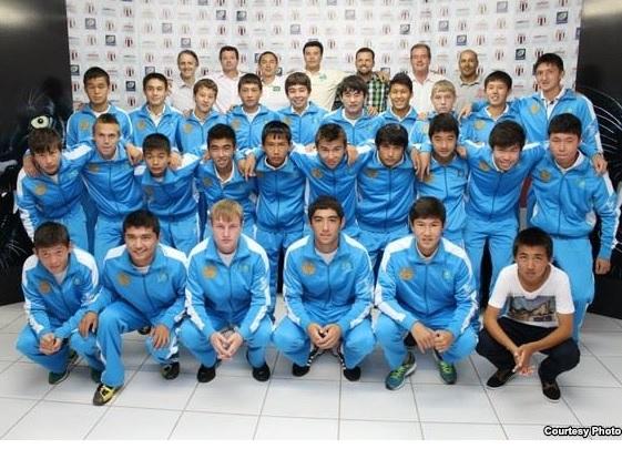 Казахстанские дети играют в футбол в Бразилии